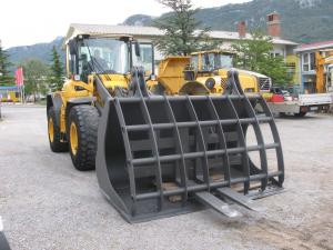 Loader bucket with clamp
